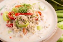 Fermentez le crabe mou bouilli en lait de noix de coco avec les légumes frais, T photos libres de droits