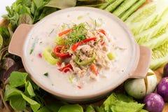 Fermentez le crabe mou bouilli en lait de noix de coco avec les légumes frais, T images stock
