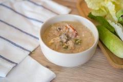 Fermentez le crabe mou bouilli en lait de noix de coco avec les l?gumes frais image stock