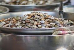 Fermentez les palourdes sur la nourriture de rue de Yaowarat, Thaïlande photo libre de droits