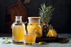 Fermentujący meksykański ananasowy Tepache Domowej roboty surowa kombucha herbata z ananasem Zdrowy naturalny probiotic sosowany  obraz stock