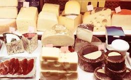 Fermer乳酪在组装和散装 图库摄影