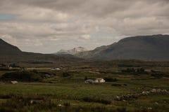 Fermes dans la vallée dans le comté Mayo, Irlande photos stock
