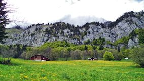 Fermes de bétail alpines et architecture traditionnelle sur les pentes du sud de la gamme de montagne de Churfirsten images libres de droits