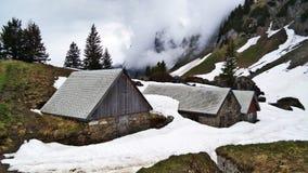 Fermes de bétail alpines et architecture traditionnelle sur les pentes du sud de la gamme de montagne de Churfirsten photo stock