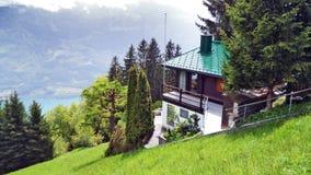 Fermes de bétail alpines et architecture traditionnelle sur les pentes du sud de la gamme de montagne de Churfirsten photos stock