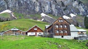 Fermes de bétail alpines et architecture traditionnelle sur les pentes du sud de la gamme de montagne de Churfirsten photos libres de droits