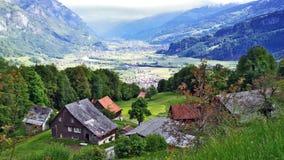Fermes de bétail alpines et architecture traditionnelle sur les pentes du sud de la gamme de montagne de Churfirsten images stock
