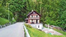 Fermes de bétail alpines et architecture traditionnelle sur les pentes du sud de la gamme de montagne de Churfirsten photo libre de droits