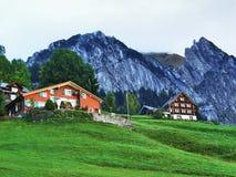 Fermes rurales et l'architecture traditionnelle de Wildhaus dans Thur River Valley photo stock