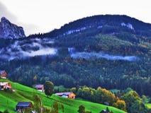 Fermes rurales et l'architecture traditionnelle de Wildhaus dans Thur River Valley photographie stock libre de droits