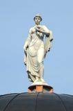 Fermes Vorontsov Statue de Moscou sur le toit sauté de la lumière du soleil de loge images libres de droits
