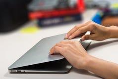 Fermeture de femme/ouverture de son ordinateur portable photos stock