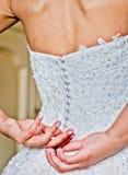 Fermeture de la robe de jeune mariée Photographie stock libre de droits