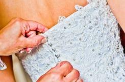 Fermeture de la robe de jeune mariée Image stock