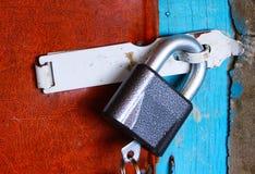 Fermez à clef accrocher sur la porte image libre de droits