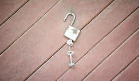 Fermez à clef avec des clés sur le concept en bois de fond Photographie stock libre de droits
