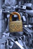 Fermez à clef avec des couples des coeurs Photographie stock