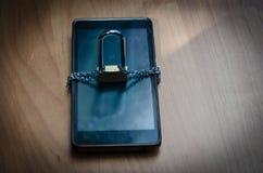 Fermez à clef avec une chaîne sur la technologie de connexion de téléphone Photographie stock libre de droits