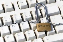 Fermez à clef avec une chaîne sur le clavier Photo stock
