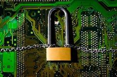 Fermez à clef avec une chaîne sur une connexion de carte Image libre de droits