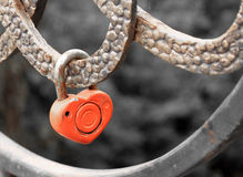 Fermez à clef dans la forme de coeur sur la balustrade du pont - un symbole de la vie mariée heureuse et longue des jeunes mariés Images libres de droits