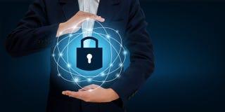 Fermez à clef dans les mains d'un homme d'affaires Shield le bouclier pour protéger le cyberespace Espacez l'Internet Co d'affair Photo libre de droits