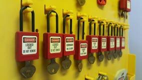 Fermez à clef et étiquetez, station de lock-out, dispositifs propres à une machine de lock-out images libres de droits