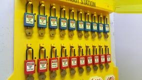 Fermez à clef et étiquetez, station de lock-out, dispositifs propres à une machine de lock-out photo libre de droits