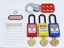 Fermez à clef et étiquetez, station de lock-out, dispositifs propres à une machine de lock-out images stock