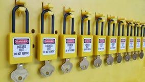 Fermez à clef et étiquetez, station de lock-out, dispositifs propres à une machine de lock-out photo stock