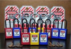 Fermez à clef et étiquetez, station de lock-out, dispositifs propres à une machine de lock-out et signe de sécurité photo libre de droits