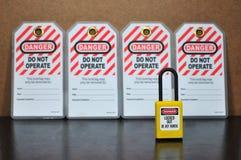 Fermez à clef l'étiquette d'out&, signe de sécurité photos stock