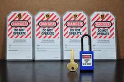 Fermez à clef l'étiquette d'out&, signe de sécurité image libre de droits