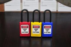 Fermez à clef l'étiquette d'out&, signe de sécurité images libres de droits