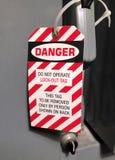 Fermez à clef l'étiquette sur un panneau electirical Images libres de droits