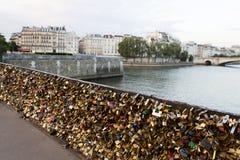Fermez à clef le pont à Paris Photographie stock libre de droits