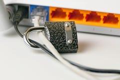 Fermez à clef ouvrent la sécurité La protection de la connexion internet par un routeur de Wi-Fi est un concept d'une violation d Photographie stock libre de droits