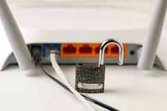 Fermez à clef ouvrent la sécurité La protection de la connexion internet par un routeur de Wi-Fi est un concept d'une violation d Images stock