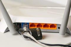 Fermez à clef ouvrent la sécurité La protection de la connexion internet par un routeur de Wi-Fi est un concept d'une violation d Images libres de droits