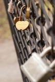 Fermez à clef sous forme de coeurs avec des noms Nastya et Sergey Photo stock