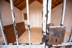 Fermez à clef sur des portes de fer d'une église Photo libre de droits