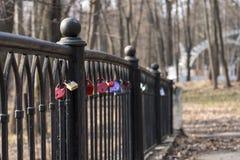 Fermez à clef sur la barrière sur le pont comme symbole de l'amour La clé est Photo stock