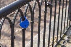 Fermez à clef sur la barrière sur le pont comme symbole de l'amour La clé est Images stock