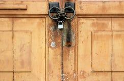 Fermez à clef sur la porte en bois jaune Photo libre de droits