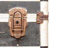 Fermez à clef sur la vieille boîte à outils d'isolement sur le fond blanc Photographie stock libre de droits