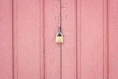 Fermez à clef sur le milieu de la porte en bois rouge pâle Photos libres de droits