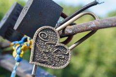 Fermez à clef sur le pont des amants avec le ` d'amour de ` d'inscription pour toujours Photographie stock