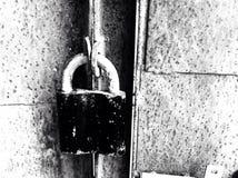 Fermez à clef sur les portes rouillées de fer Image libre de droits
