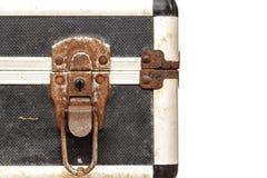 Fermez à clef sur la vieille boîte à outils d'isolement sur le fond blanc Photo stock